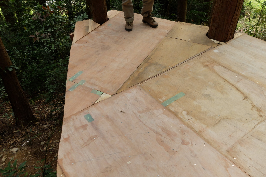モザイク模様のようにベニヤ板を敷き詰めました。